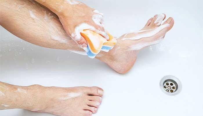 How to clean the feet well?